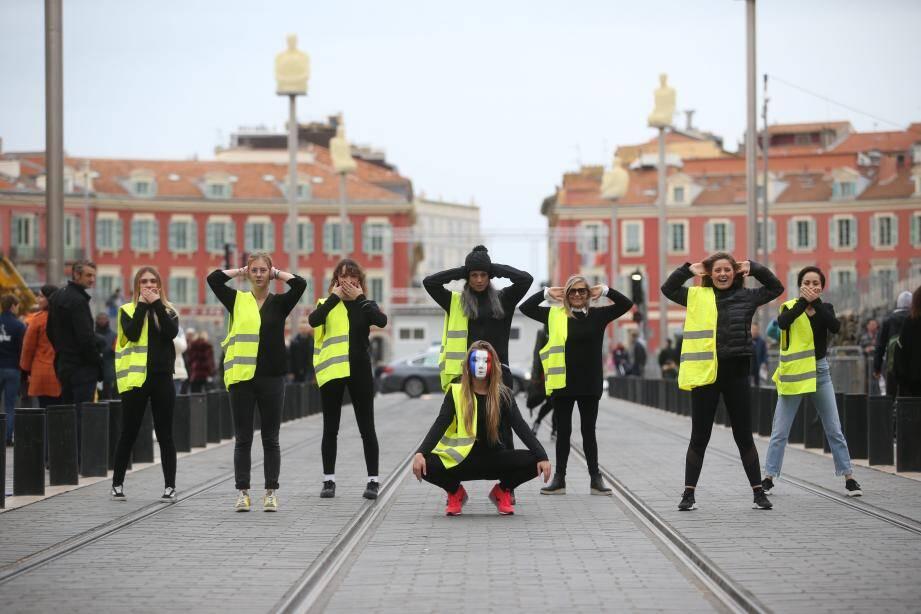 Qui sont les danseuses en gilet jaune de la place Masséna?