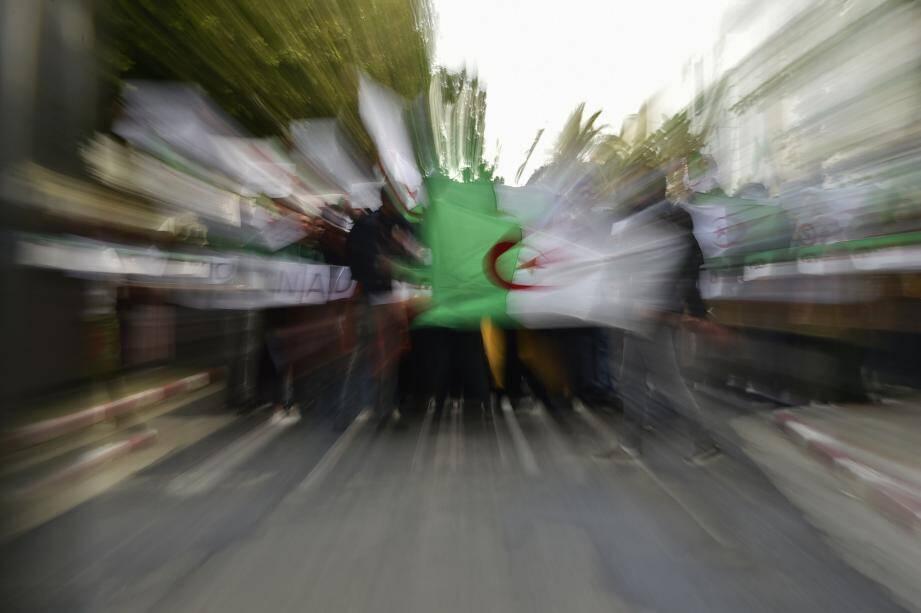 La diaspora algérienne de la Côte d'Azur suit les manifestations qui secouent Alger et le pouvoir depuis la semaine dernière.