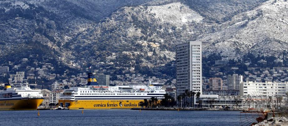 Une vue du port de Toulon sous la neige.