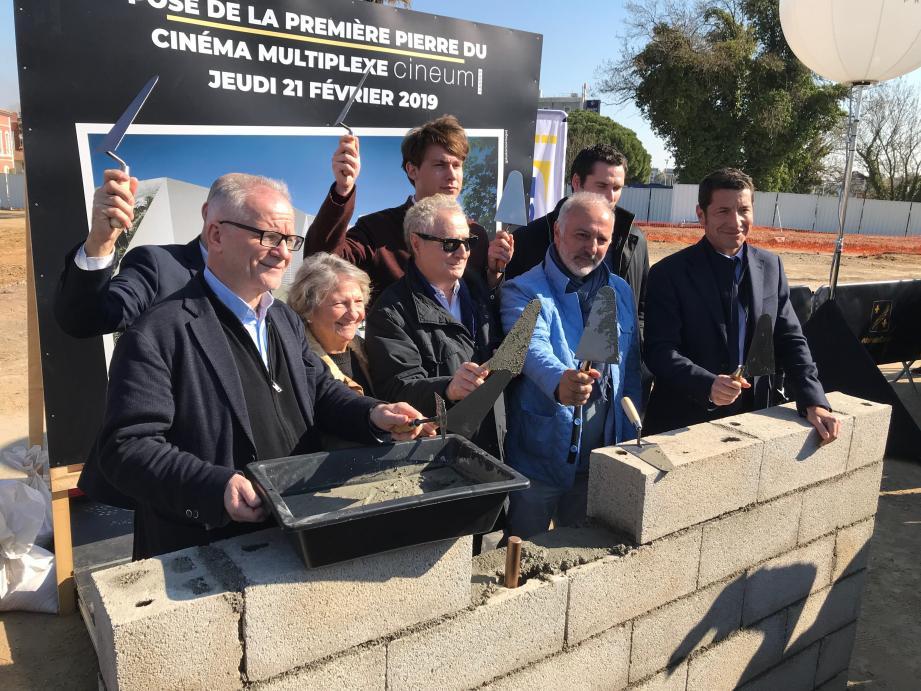 Parmi les personnalités présentes à la pose de la première pierre du futur multiplexe cannois,les comédiens Daniel Prévost, Marthe Villalonga ou Arsène Jiroyén.