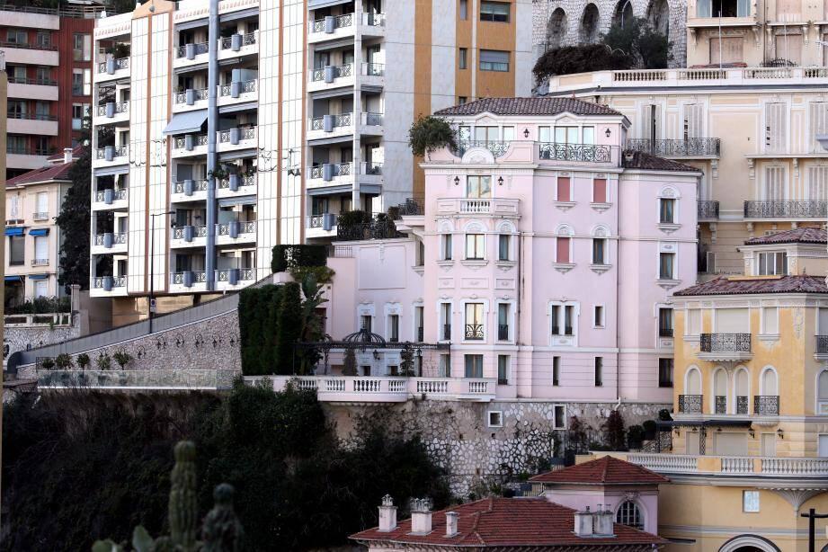 La villa L'Échauguette est en vente depuis le 1er février. Entièrement rénovée il y a une quinzaine d'années, cette propriété familiale dispose d'une piscine longue de 22 mètres, d'une vue mer imprenable puisqu'elle surplombe le vallon Sainte-Dévote. Et ici, pas de risque de voir un immeuble pousser devant les fenêtres!