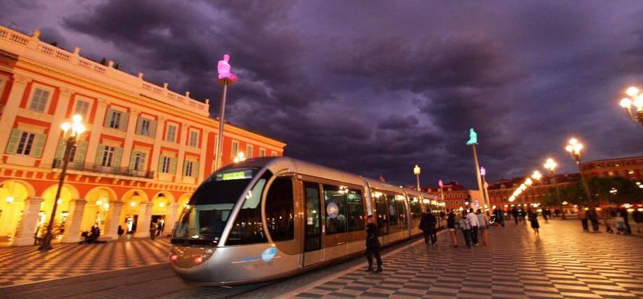 Illustration d'un tramway la nuit à Nice.