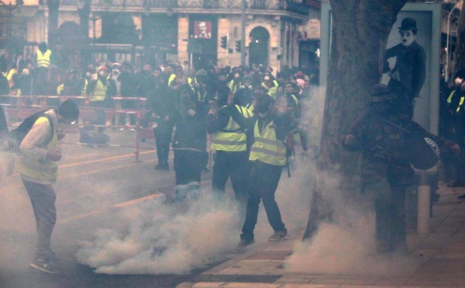 Gaz lacrymogène sur le boulevard de Strasbourg.