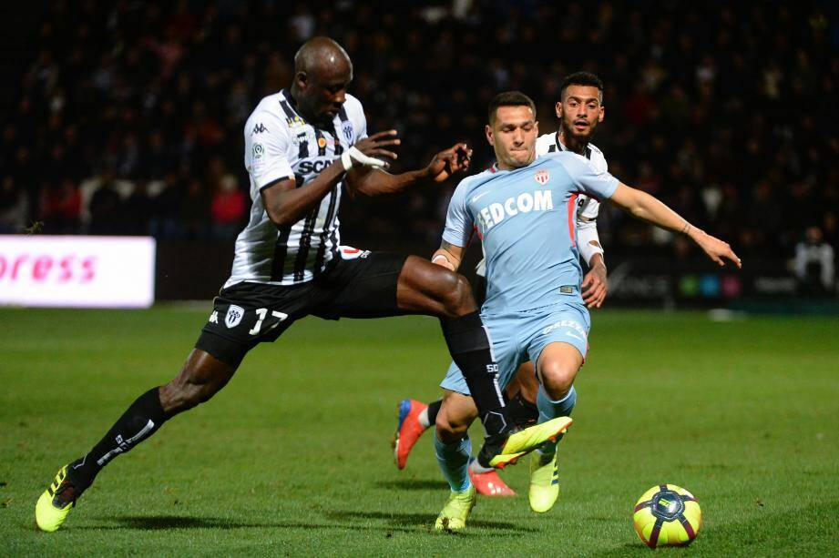 Angers' Senegalese midfielder Cheikh Ndoye (L) vies with Monaco's Portuguese midfielder Rony Lopes during the French L1 football match between Angers SCO and AS Monaco at the Raymond Kopa stadium in Angers, northwestern France on March 2, 2019. (Photo by JEAN-FRANCOIS MONIER / AFP)