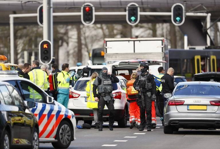 La police néerlandaise a rendu publique lundi la photo d'un homme originaire de Turquie qu'elle recherche dans le cadre de l'enquête sur la fusillade dans un tramway à Utrecht, au cours de laquelle une personne a été tuée et plusieurs blessées.