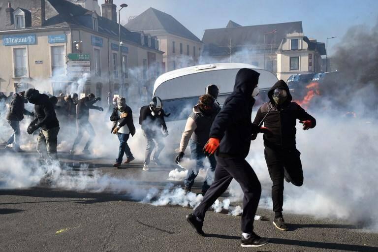 """Caravane en feu, blocage des voies SNCF, échauffourées : le bras de fer se poursuivait lundi au Mans où de vives tensions ont opposé forces de l'ordre et forains qui réclament de pouvoir continuer à travailler dans le centre-ville et accusent la municipalité de """"discrimination""""."""