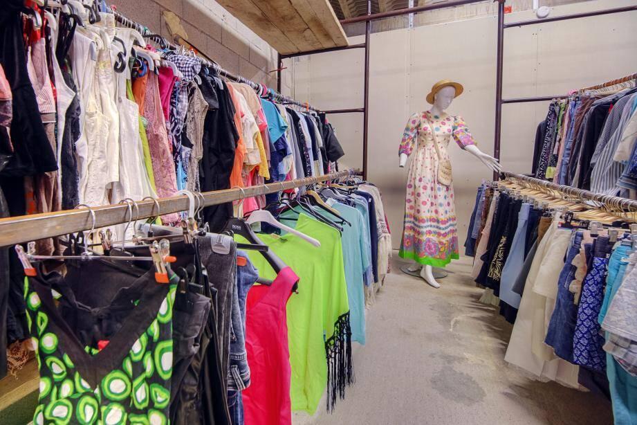 Outre la vente à bas prix des vêtements, l'établissement solidaire proposera des meubles, jouets et autres objets.