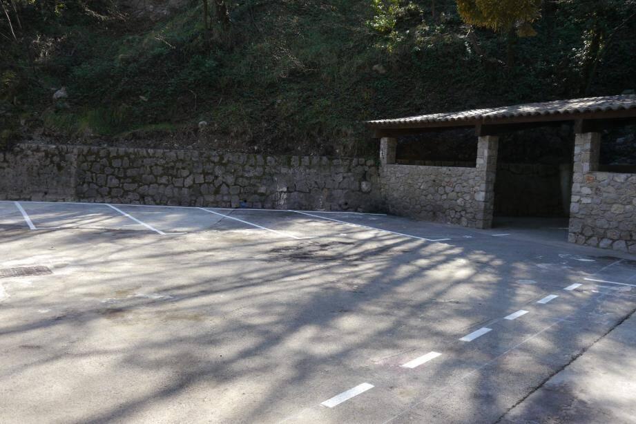Désormais, l'ancien local des encombrants accueillera 5 places de stationnement qui seront privées. (DR)