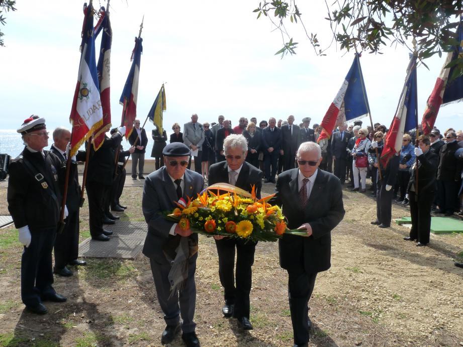 Les membres de la Maison du Pied Noir, (de gauche à droite) Jean Rizzo, président d'honneur, François Alarcon, président et Jean-Nicolas Conati, membre, ont rendu hommage aux victimes de la fusillade du 26 mars 1962 à Alger.