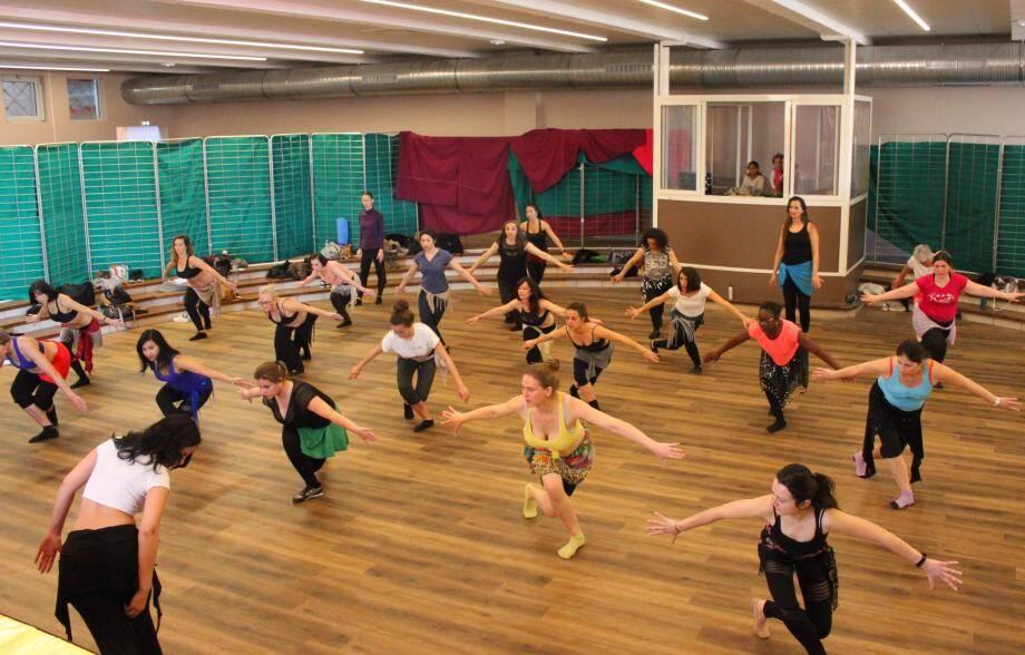 Le festival, c'est aussi 37 heures de stage avec, entre autres, Marie Choukos (Grèce) pour des cours de danse orientale classique.