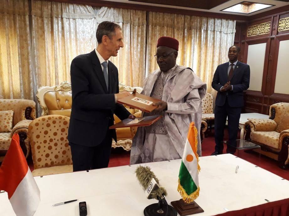 Gilles Tonelli et Kalla Ankourao, ministre des Affaires étrangères, de la Coopération, de l'Intégration africaine et des Nigériens à l'Extérieur.