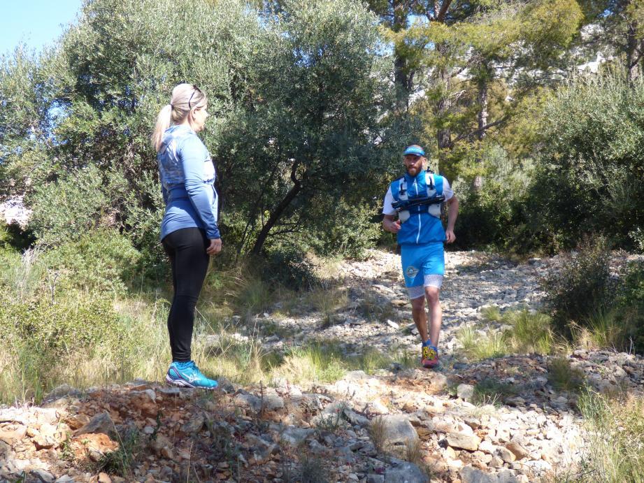 Encouragé par Maria, Julien s'entraîne sur les pentes du Faron pour venir à bout du Ventoux.