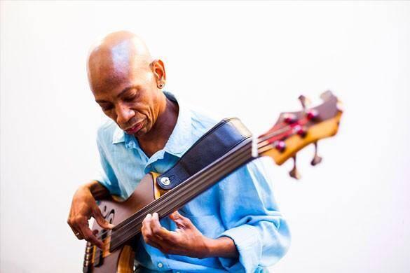Reggie Washington était le bassiste de Jef Lee Johnson.