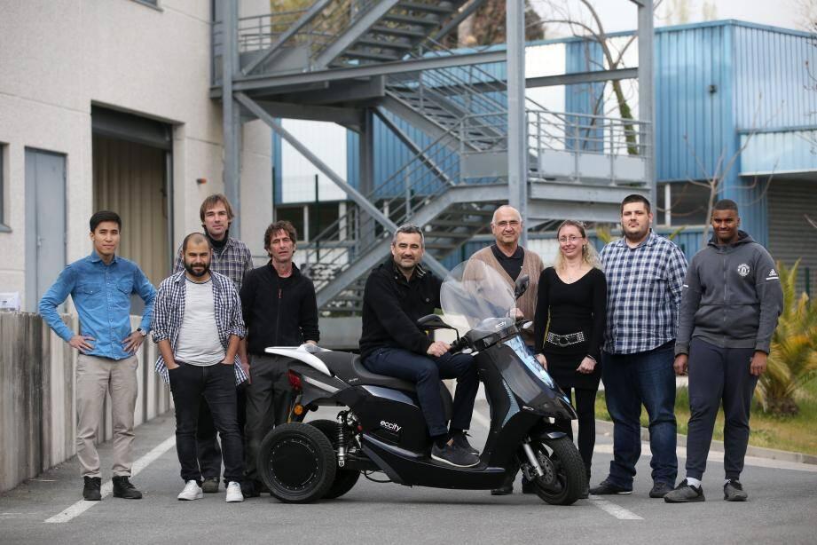 Christophe Cornillon (sur le scooter) entouré de son équipe se prépare pour la commercialisation prochaine de l'Eccity Model 3 au mois de juin.