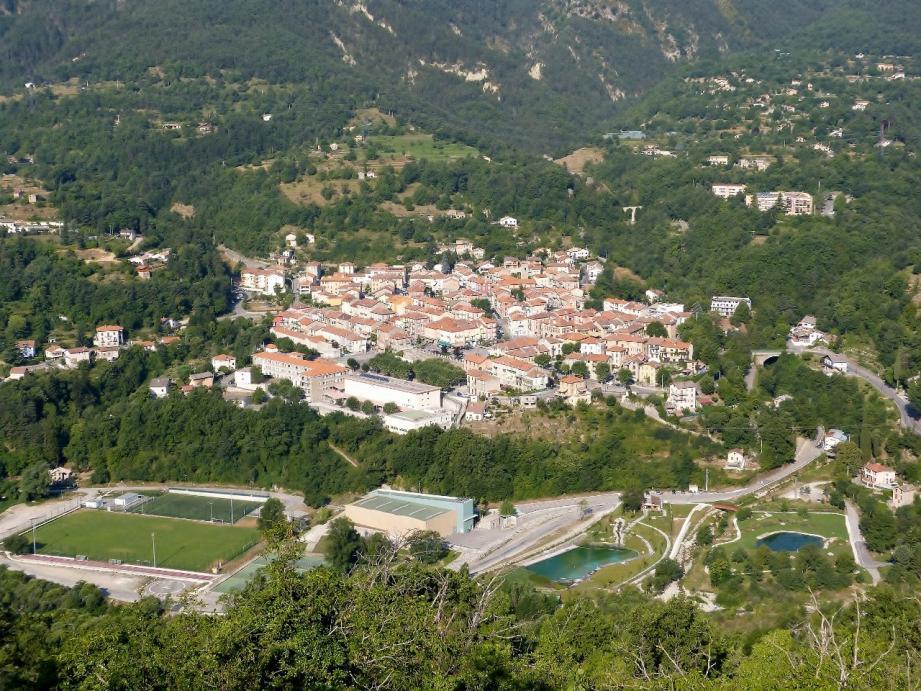 Le maire de Roquebillière (ici, le village en 2016) a décidé d'apporter une aide aux jeunes de sa commune âgés de 18 à 25 ans qui passent le permis de conduire.