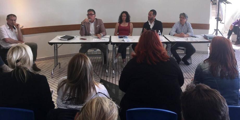 Le maire Vincent Morisse a répondu à toutes les questions sous les yeux entres autres du président Max Esposito (2e à droite).