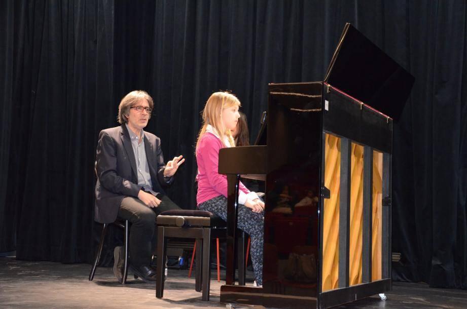 Rien n'échappe au regard et aux oreilles du maître, depuis le salut sur scène, l'assise ou la tenue devant son piano, jusqu'à la performance finale...