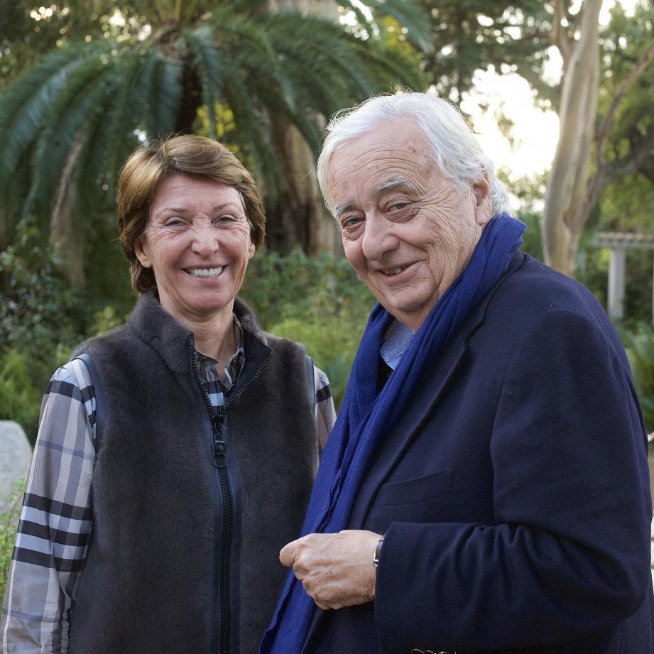 Dans le jardin de la Californie, à Cannes, au côté de Jean Mus.