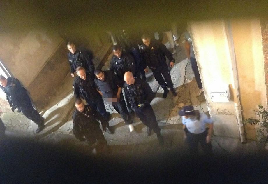 Abdallah Boumezaar lors de la reconstitution des meurtres de deux gendarmes à Collobrières.