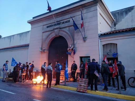 Des surveillants devant la maison d'arrêt de Nice