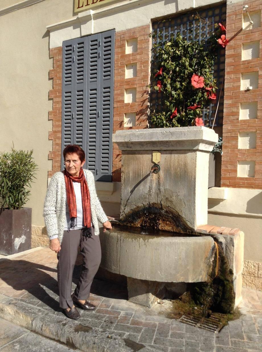 La fontaine de la place Général De Gaulle est abondamment fleurie.