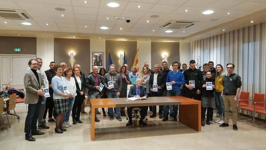 Le maire Jean-Claude Charlois (assis) entouré des élus impliqués dans ce projet et les représentants des différentes entreprises partenaires.
