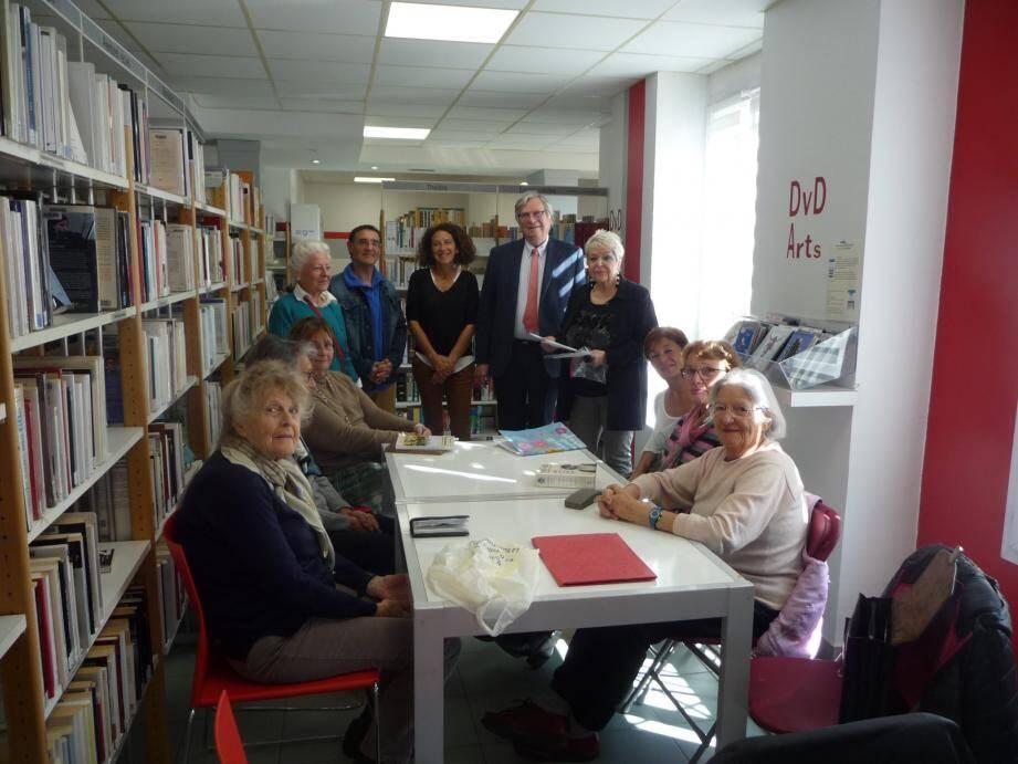 Robert Masson le maire, Marie-Thérèse Chevaly adjointe à la culture (à droite) et Christine Armand (à gauche) entourés des auteurs et des lectrices.