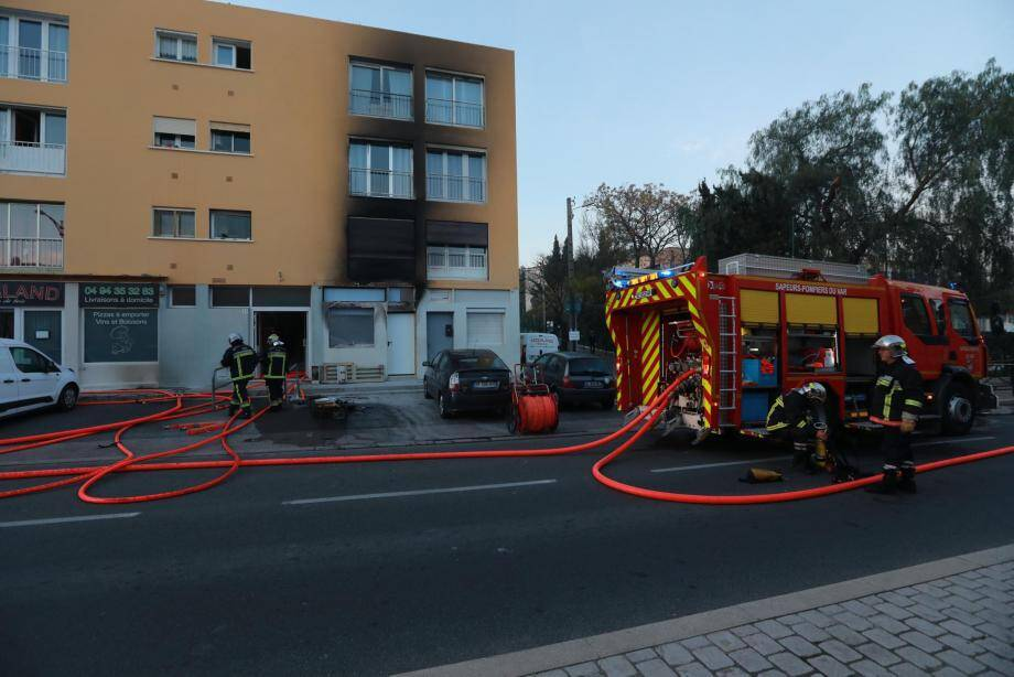 Lors de l'intervention des pompiers hier sur le sinistre sur l'avenue du XVe-Corps.