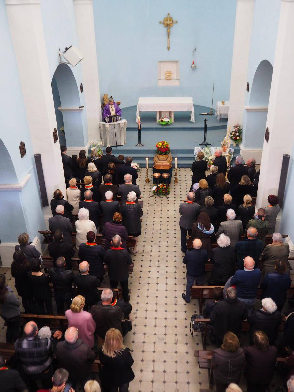 La nef, les bas-côtés et le parvis de l'église Notre Dame de l'Assomption ont accueilli la famille et les nombreux amis, hier.