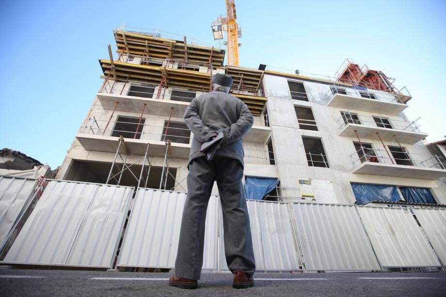 Le futur hôtel culminera à 16 mètres, sur cinq niveaux. Ci-dessous, deux vues du bar tel qu'il sera installé dans le hall de l'établissement.