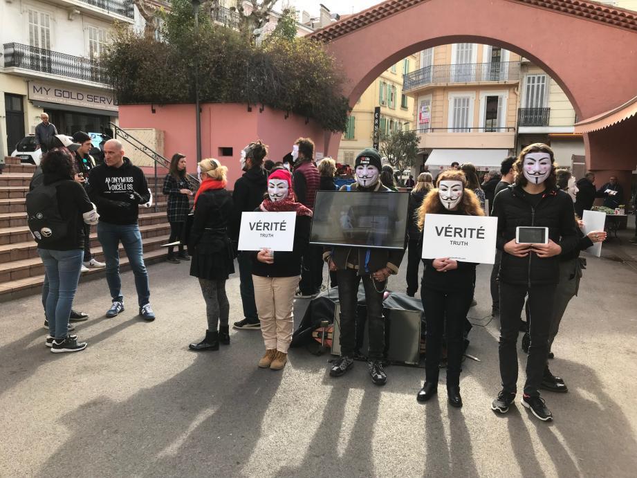 Le collectif Anonymous for the Voiceless a organisé sa première action à Cannes hier matin à l'entrée du marché Forville.