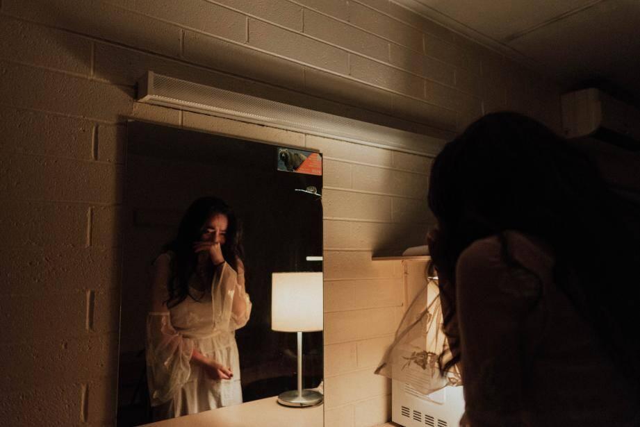 La personne qui souffre de dysmorphophobie a l'impression que son ou ses défauts sont absolument horribles. Un peu comme si vous vous regardiez dans un miroir déformant.