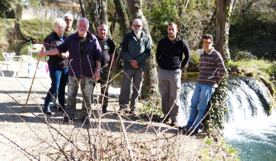 Le nettoyage a été effectué par les bénévoles locaux et les techniciens de la fédération de pêche du Var, qui posent derrière la collecte des végétaux au lieu-dit «la cascade du Martinet», point de ralliement habituel des fans de la pêche.