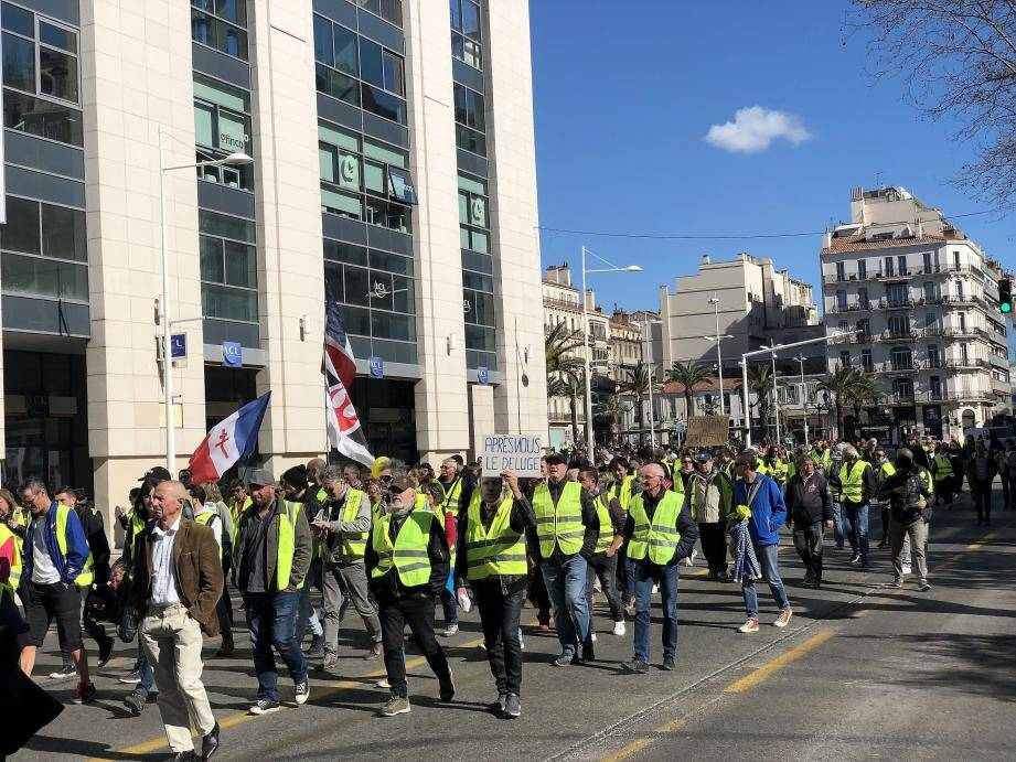 Quelque 800 manifestants ont défilé dans le centre-ville de Toulon, cerné par le mistral, durant l'acte 16 des Gilets jaunes.