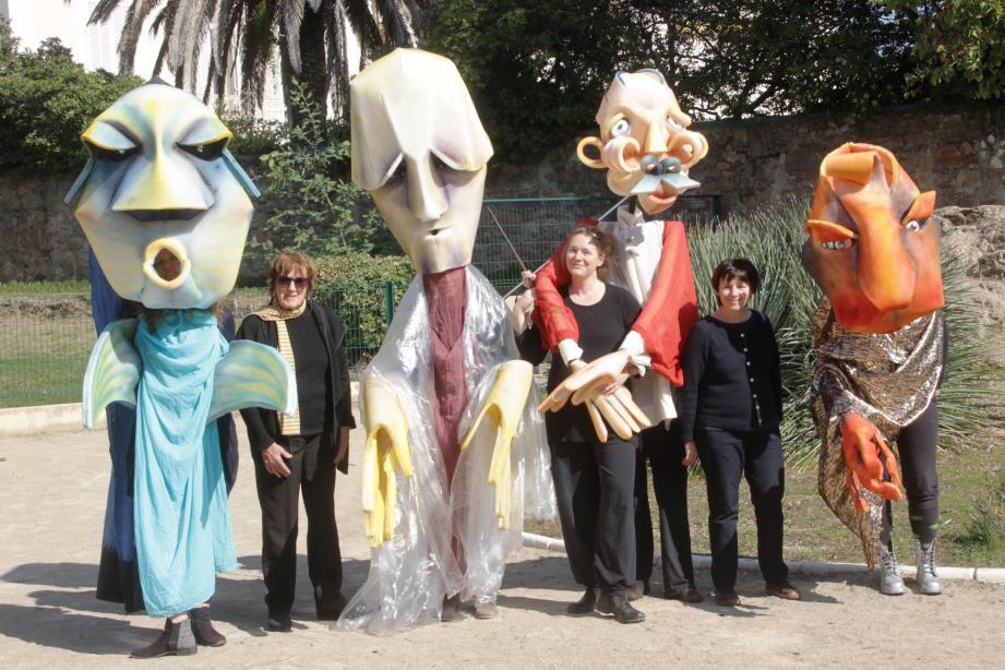 Les marionnettes, avec entre elles, Greta Bruggeman (responsable formation), Alice Gottschalk et Sylvie Osman (co-fondatrice et directrice).