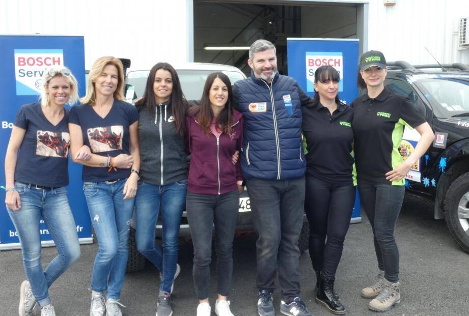 Les six varoises participantes au rallye des gazelles, autour du coach mécanique Nicolas Fail.