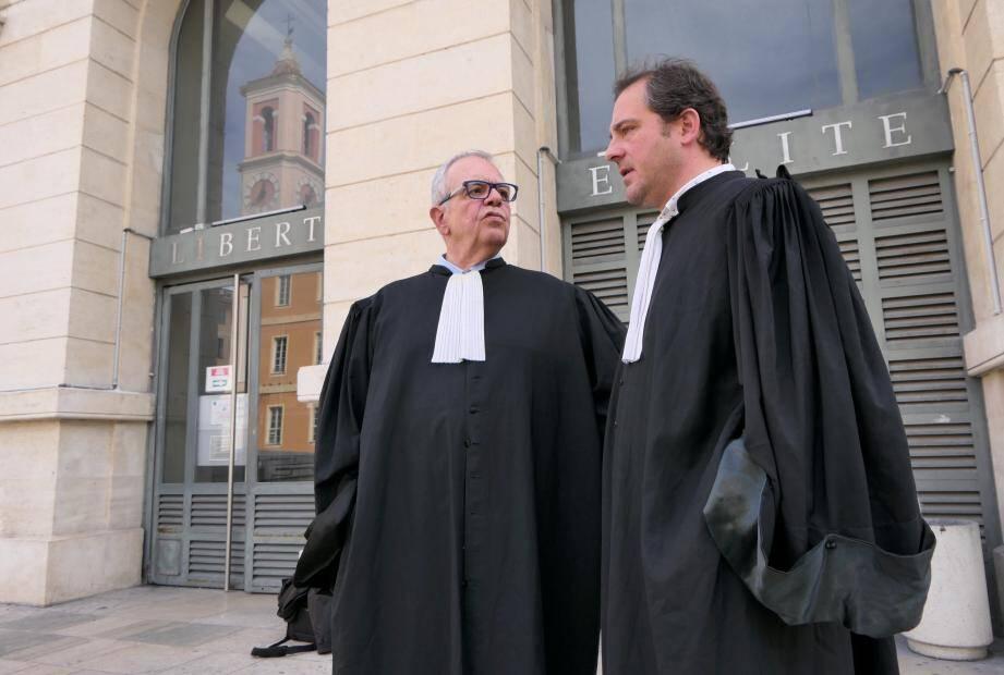 Me Alain Barbier, représentant l'assureur MMA, débat avec Me Laurent Nicolas, l'avocat de la victime, à l'issue de l'audience au TGI de Nice.