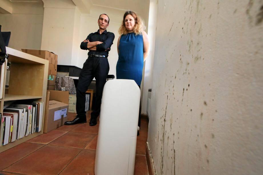 Stéphanie et Lionel Nizard ont quitté leur appartement rongé par les moisissures, notamment à cause de l'état de santé de leur jeune fils.