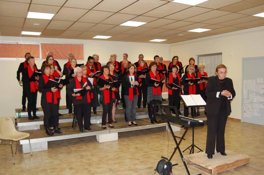 Un groupe heureux de chanter devant un public passionné.