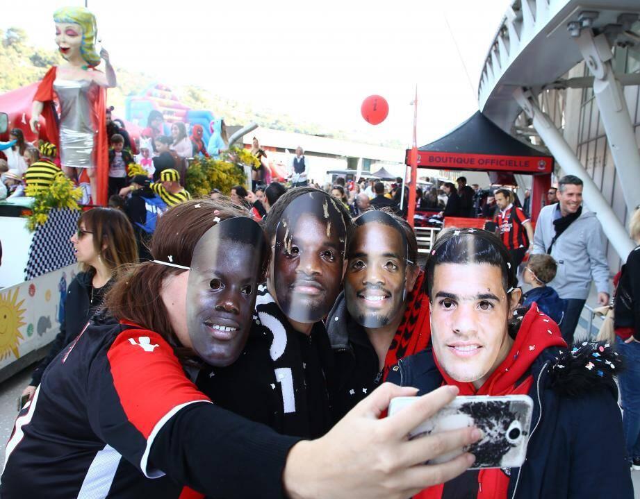 Des masques à l'effigie des joueurs étaient distribués pour le plus grand plaisir des supporters!(DR)