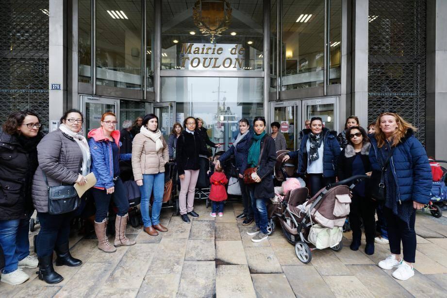 De bon matin, les assistantes maternelles se sont retrouvées devant la mairie et une délégation a été reçue.