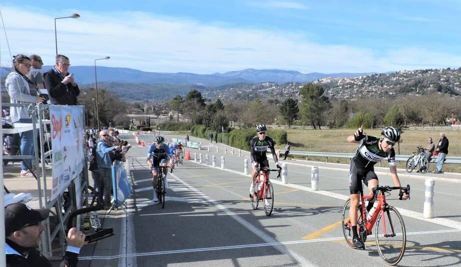 En haut, le podium des 3e catégorie, juniors et pass-open. Ci-dessus, l'arrivée victorieuse de J. Couanon devant G. Hutin .