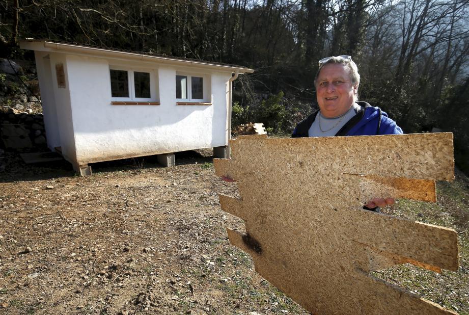 Cette maison, fabriquée avec des panneaux mbio7, résiste sans problème aux conditions climatiques: pluie, soleil, vent, neige, gel... et elle résiste également au feu.
