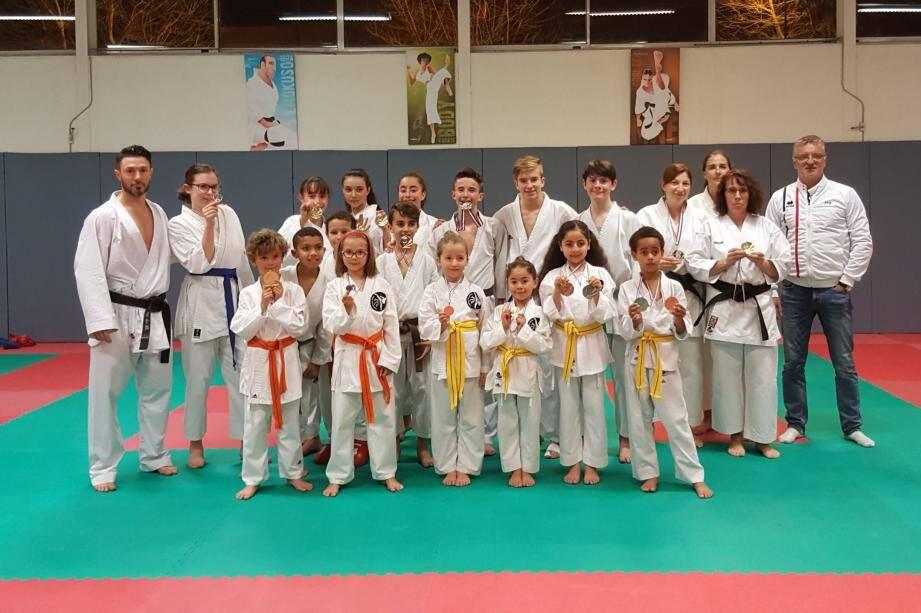 Nicolas Mahieu (à gauche ci-dessus) avec les licenciés du club très fiers de leurs médailles.