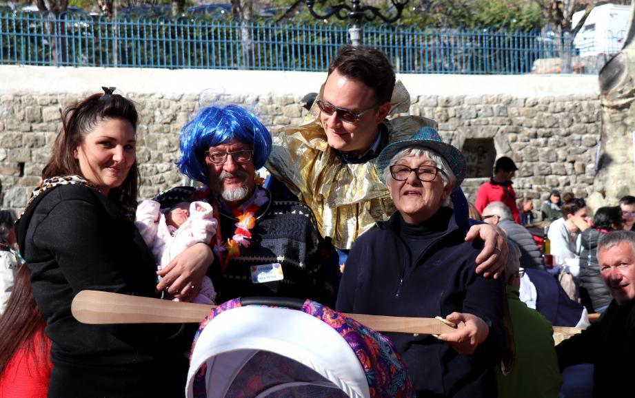 Tiya dans les bras de sa maman, Alain Migone, Pierre Marseille, président du comité des fêtes et Gisèle Maurin, ancienne présidente offrant le « bouléaïre ».