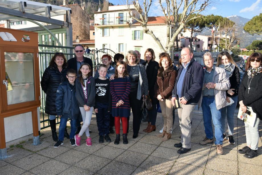 Autour du maire et de la présidente du Rotary club de Beausoleil, tous les Turbiasques venus déposer leur participation à la « boîte à livres ».