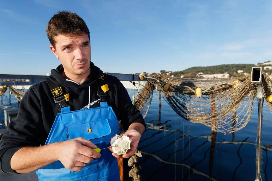 Jean-Christophe Giol est le seul conchyliculteur à produire, dans la baie du Lazaret, des huîtres de A à Z, pour une qualité de coquillage exceptionnelle.