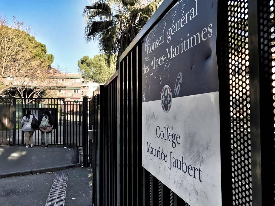 Au collège Maurice-Jaubert, un cours sera donné chaque jour de cette semaine (sauf aujourd'hui) à l'extérieur, dans la cour, en opposition à la hausse des effectifs.