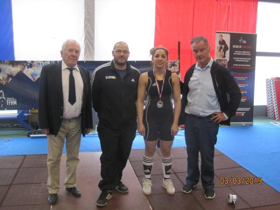 Maurice Sabatier arbitre national, les deux champions du club hyérois Farid Maatoug et Linda Gaaloul, le président Marcel Faucher.