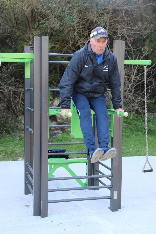 Les éducateurs du service des sports de la ville ont testé le nouvel appareil fitness en libre accès au Devens.